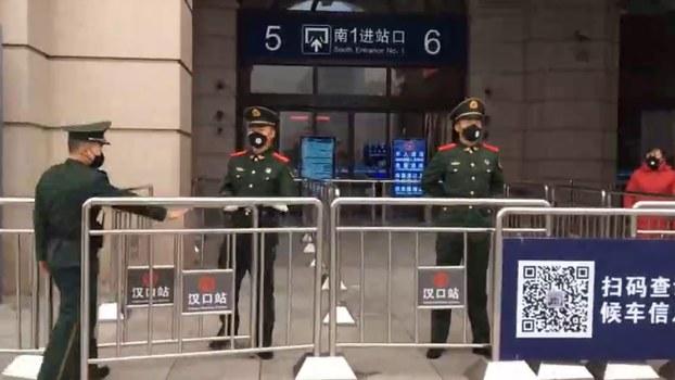 警察在武汉汉口火车站外巡逻。(美联社)
