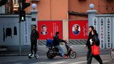 图为上海一家单位门内挂有习近平与毛泽东像的墙壁宣传.jpg