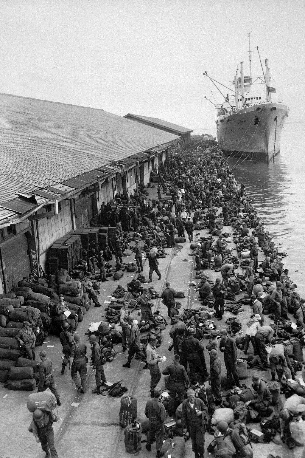 美军在釜山源源不断地登陆。(维基百科)