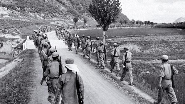 重新整编的韩军开赴釜山防御圈前线。(维基百科)