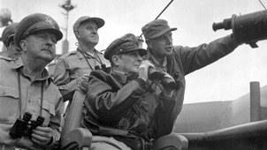 """1950年9月15日,麦克阿瑟在""""麦金莱山""""号战舰上观察登陆部队的作战情况。(维基百科)"""