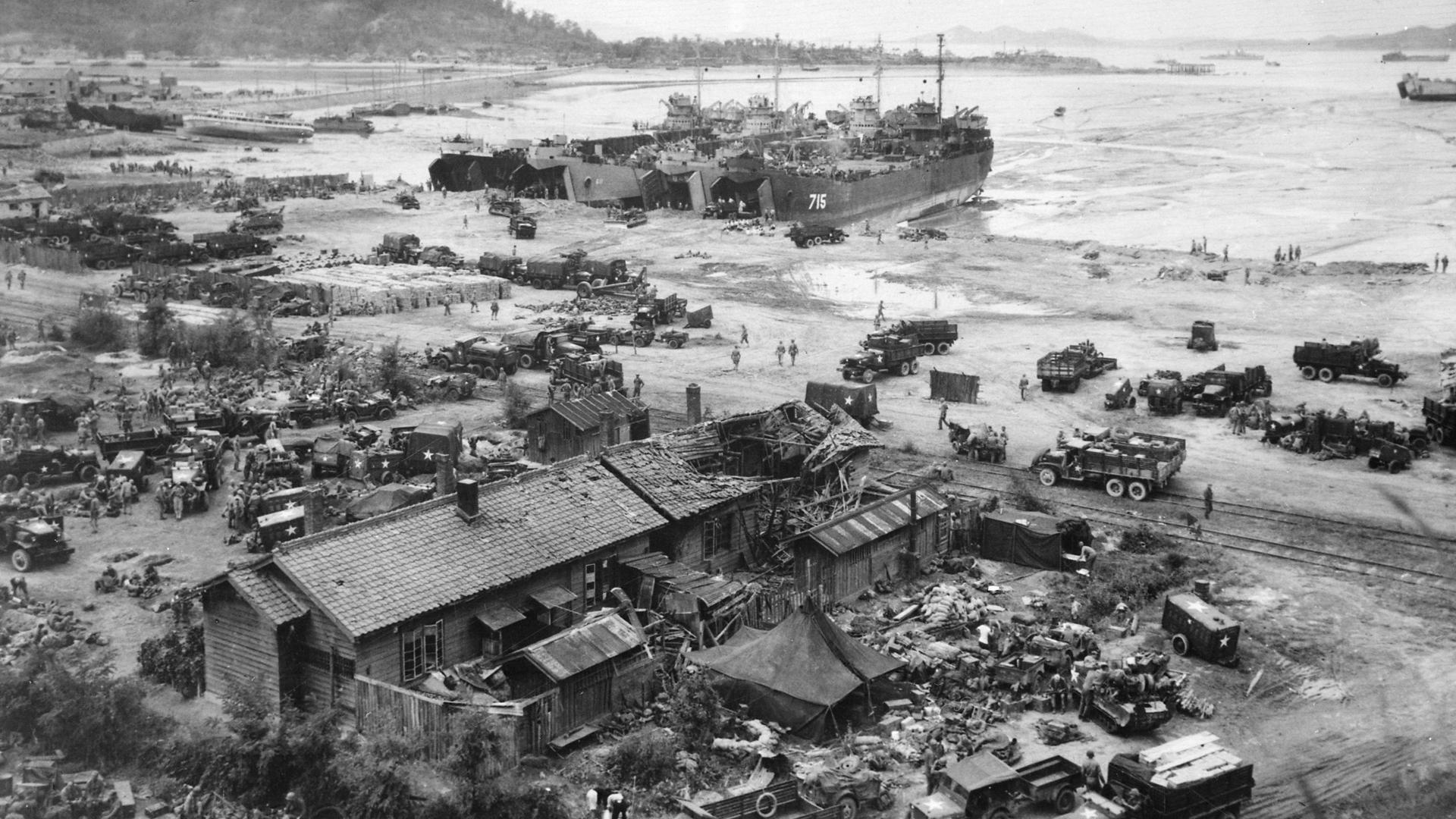 1950年9月16日,在已被联合国军控制的滩头,四艘坦克登陆艇正在卸下人员及装备。(维基百科)